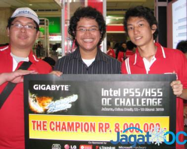 "Hendra Wijaya ""Coldest"" (kiri), Alva Jonathan ""Lucky_n00b""(tengah), dan Hendra Masli ""I.R.I.S'"""