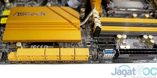 Penampakkan slot SATA dan SATA Ekspress, ditambahkan dengna sebuah slot USB 3.0